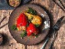 Рецепта Печени пълнени чушки със сирене и домати